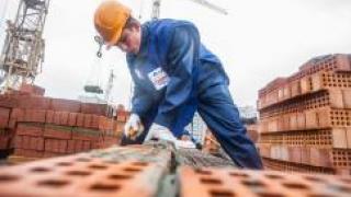 Работникам строительной сферы стали чаще задерживать зарплату