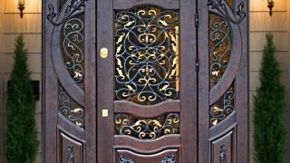 Входные металлические двери с витражами